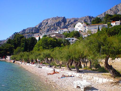 Pebble beach Slavinj offers lots of natural shade